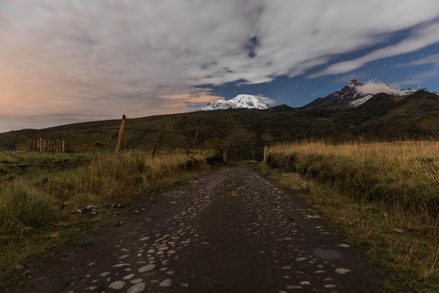 Fotografía nocturna del Chimborazo y Carihuairazo